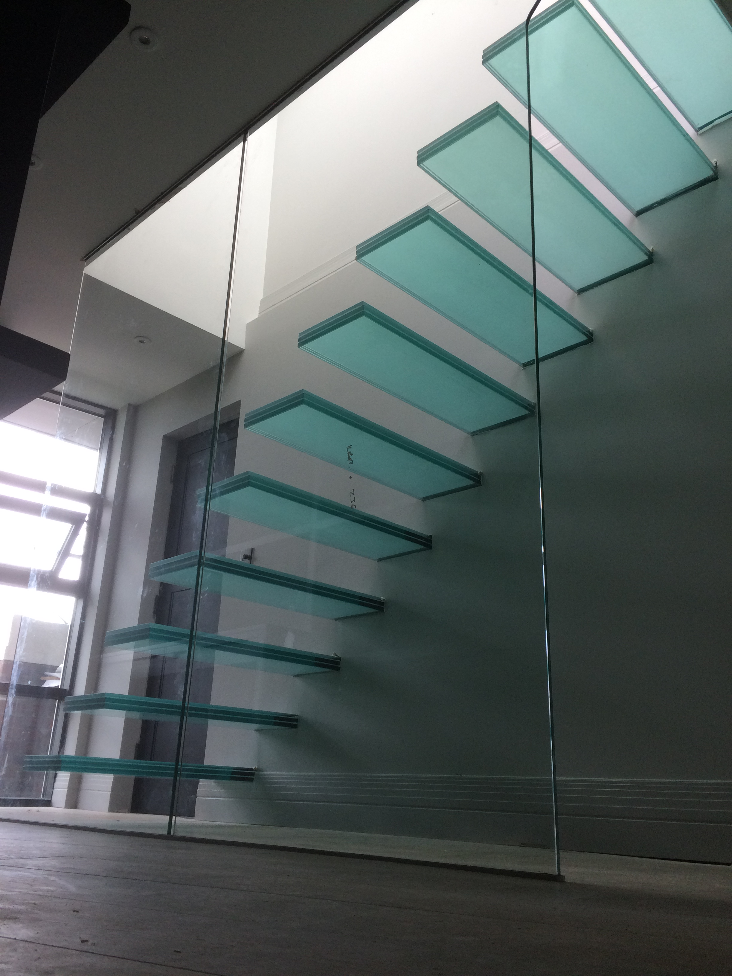 barons-keep-bespoke-floating-glass-cantilever-staircase (3